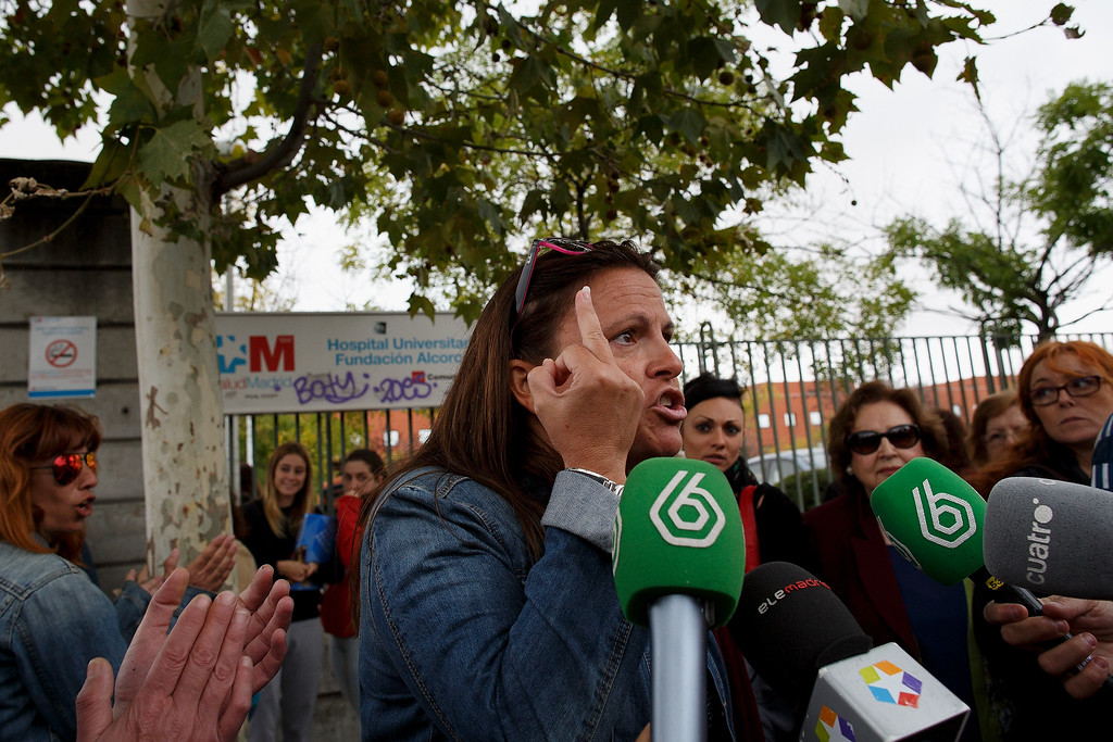 . A nurse makes a comment to Spanish Health Minister Ana Mato as she talks to the press outside Hospital Fundacion Alcorcon where a Spanish nurse tested positive for the Ebola virus on October 7, 2014 in Alcorcon, near Madrid, Spain.  Spanish Health Minister Ana Mato confirmed the nurse had tested positive after treating two Ebola patients that had been brought back to the country from Africa.  (Photo by Pablo Blazquez Dominguez/Getty Images)