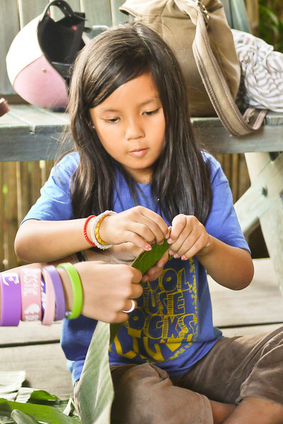 Making Krathongs at Akha Ama (25).jpg