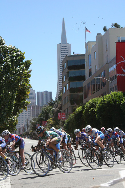 Cyclists with the Transamerica Pyramid in the background
