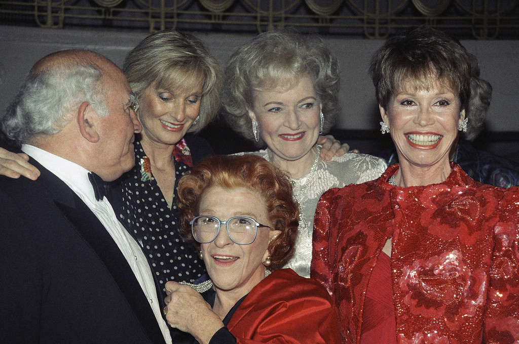 . Cast members of the ?Mary Tyler Moore Show? gather at a Juvenile Diabetes Foundation gala in New York honoring Mary Tyler Moore as ?Woman of the Decade,? March 23, 1990. From left: Ed Asner, Cloris Leachman, Nancy Walker, Betty White and Mary Tyler Moore. (AP Photo/Mario Suriani)