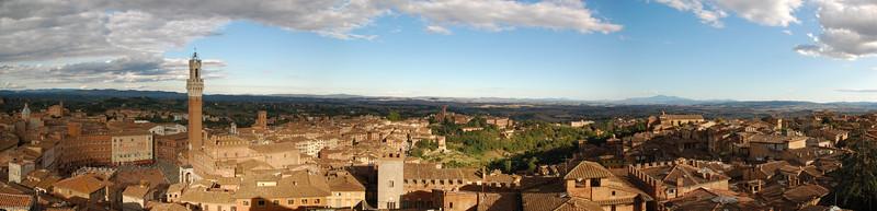 Die unvollendete Domfassade ist ein Geheimtip, die beste Aussicht auf Siena zu genießen. / The unfinished facade of the cathedral is a special hint to enjoy the best view on Siena.