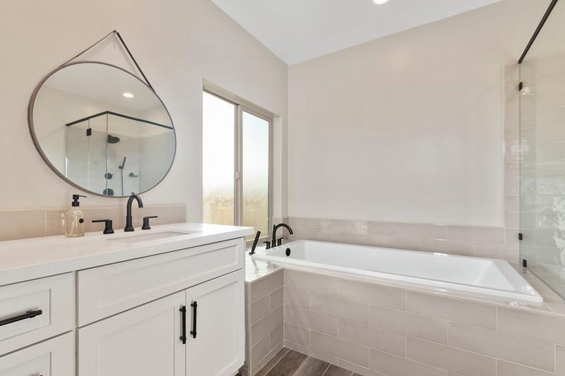 3510 Lakeside Village 32 Master Bath.jpg