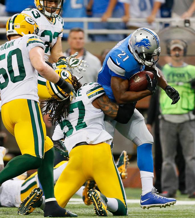 . Detroit Lions running back Reggie Bush (21) breaks through the defense of Green Bay Packers inside linebacker Jamari Lattimore (57) for a 26-yard rushing touchdown during the second half of an NFL football game in Detroit, Sunday, Sept. 21, 2014. (AP Photo/Paul Sancya)