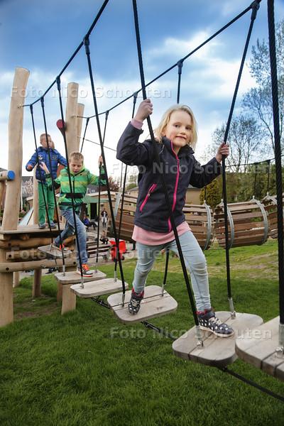nieuw klimparcours geopend in Leidschendam bij de Speeltuin Vereniging - LEIDSCHENDAM 29 APRIL 2015 - FOTO NICO SCHOUTEN