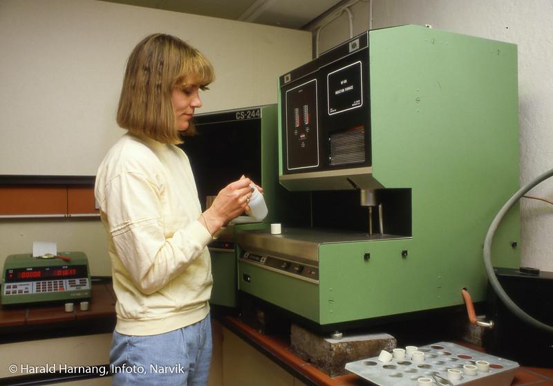 Bilde i serie fra Kjøpsvik i Tysfjord kommune. Analyse på laboratorium. Dame på bildet. Trude Kvitvik på laboratoriet.