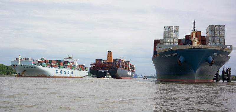 Containerschiffe auf der Elbe