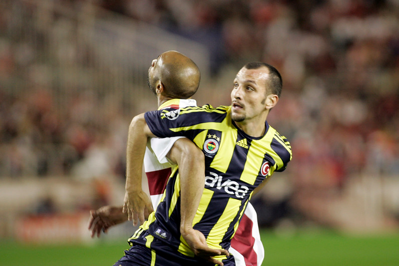 Kanoute (Sevilla) and Edu (Fenerbahçe) fighting while waiting for an aerial ball. UEFA Champions League first knockout round game (second leg) between Sevilla FC (Seville, Spain) and Fenerbahce (Istambul, Turkey), Sanchez Pizjuan stadium, Seville, Spain, 04 March 2008.