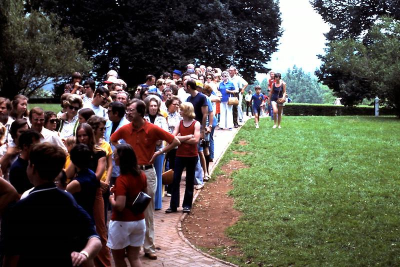 Crowd waiting to tour Monticello
