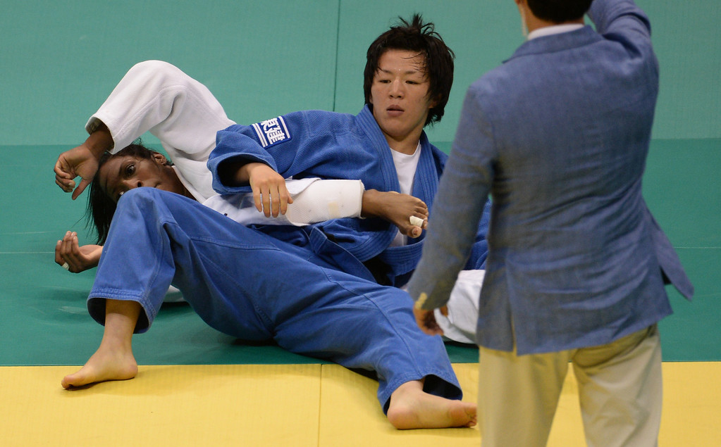 . Netherlands\' Anicka Van Emden(white) competes with Japan\'s Kana Abe in the Women\'s 63kg category final of the IJF World Judo Championship in Rio de Janeiro, Brazil, on August 29, 2013. VANDERLEI ALMEIDA/AFP/Getty Images