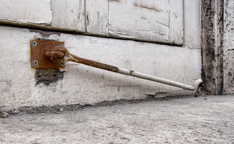 Tue 3/08 in Madrid: Aging shutter-hook at the Royal Palace