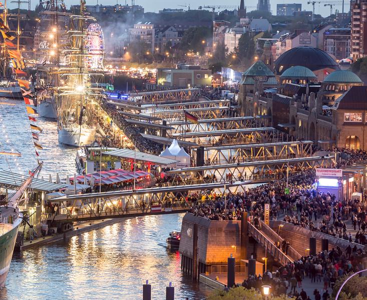 Landungsbrücken voller Menschen am Hafengeburtstag Hamburg