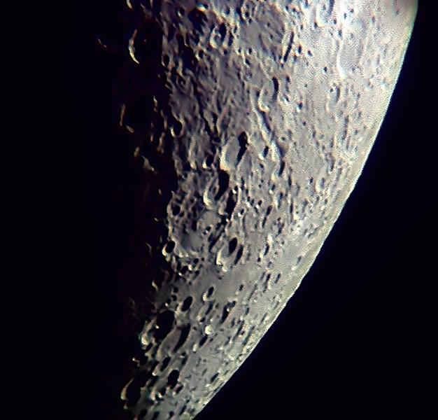 Jižní polokoule. Zhruba uprostřed na sebe navazující krátery Metius (horní) a Fabritius (spodní). Dva krátery níže pod nimi více vpravo, které na sebe navazují pro změnu bočně, jsou Steinheil a Watt.