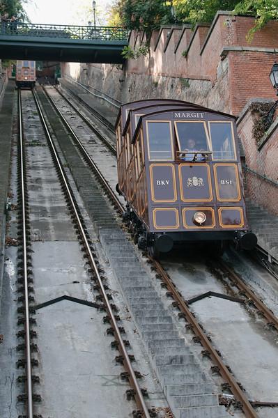 Mit dieser Bahn fuhren wir hinauf auf das Schloss. Die Bahn sieht fast aus wie die in Bergen.