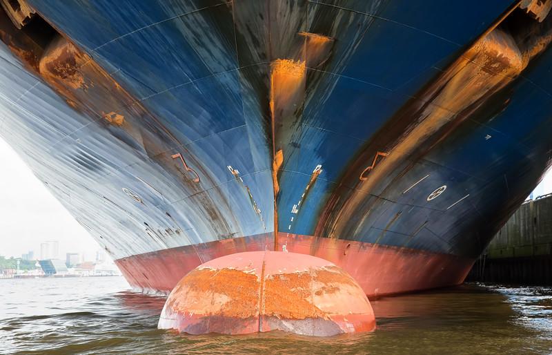 Containerschiff im Hamburger Hafen Bug und Wulstbug