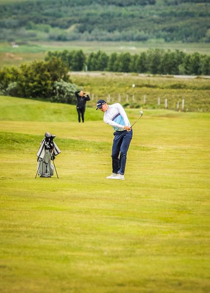 Jóhannes Guðmundsson, GR, slær hér inn á 12. flöt á Garðavelli.  Mynd/seth@golf.is