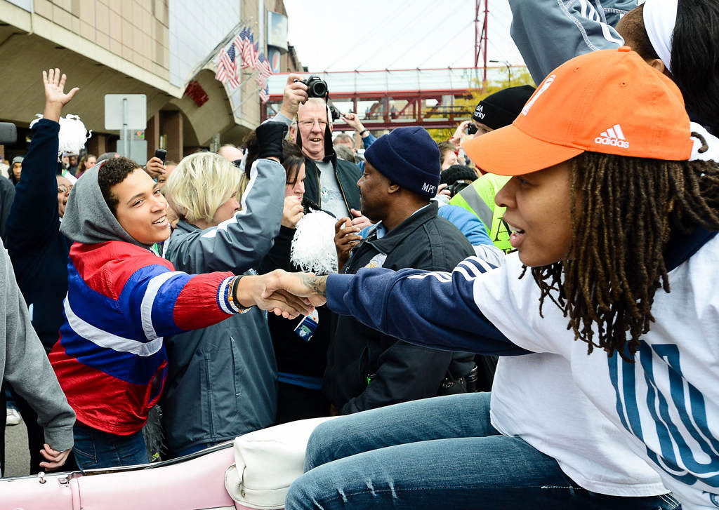 . Lynx player Seimone Augustus reaches out to shakes hands with one of the faithful. (Pioneer Press: Ben Garvin)