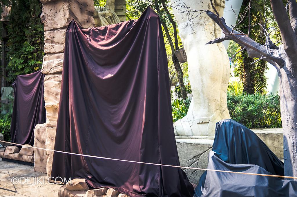 Universal Studios Singapore Halloween Horror Nights 8 / Cannibal scare zone draped sets