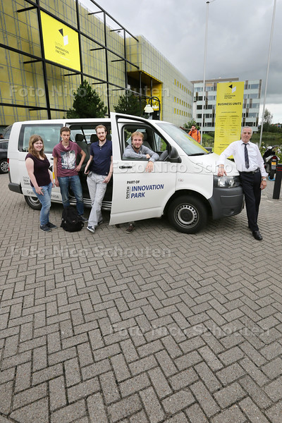 Nieuw Shutlebusje bij de Dutch Innovation Factory - vlnr Studenten Kelly Mies, Hans van Dijk, Sander de Haan, Joost de Haan en chauffeur Andre Kames - ZOETERMEER 8 SEPTEMBER 2015 - FOTO NICO SCHOUTEN