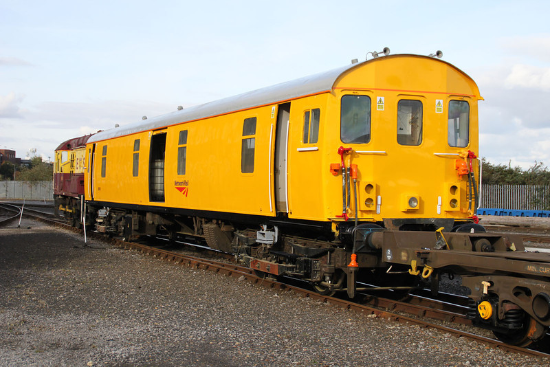 08933 shunts 68505 at Eastleigh Works 20/10/11.