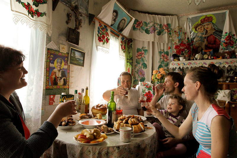. Villagers have lunch on Orthodox Easter day in the village of Pogost, some 250 km (155 miles) south of Minsk, May 5, 2013.  REUTERS/Vasily Fedosenko