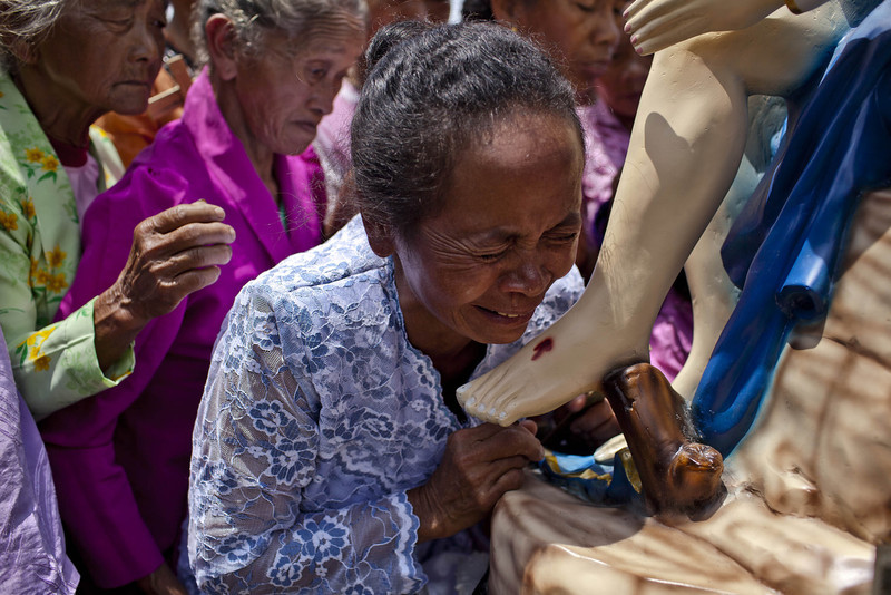 . An Indonesian catholic woman cries as she kisses a statue of Jesus during the re-enactment of the crucifixion of Jesus Christ on Good Friday on March 29, 2013 in Magelang, Central Java, Indonesia. Catholics make up approximately 3% of the population of the predominantly Muslim country.  (Photo by Ulet Ifansasti/Getty Images)