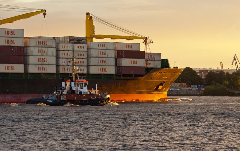 Schlepper Bugsier 18 und Containerschiff in Hamburg