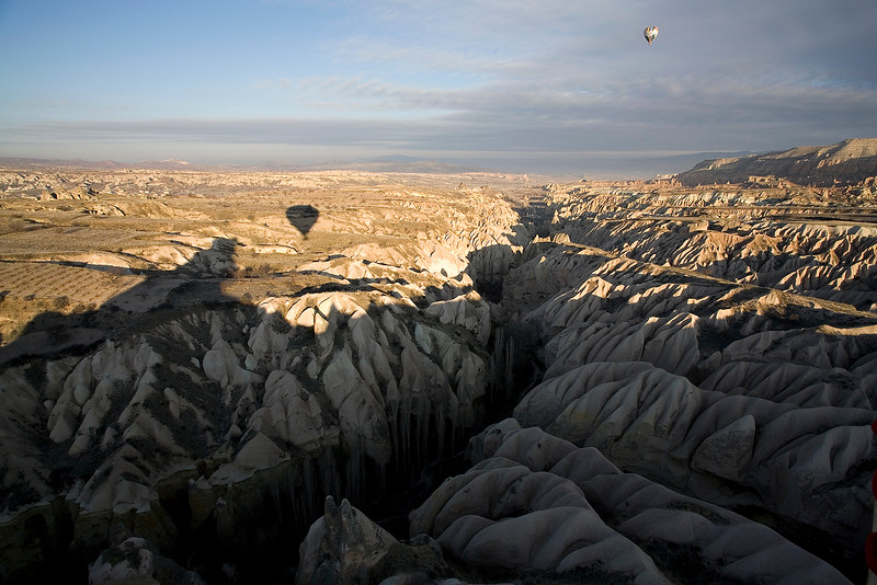 Mit dem Heissluftballon ueber der Landschaft von Kappadokien, Tuerkei / Hot air balloon and shadow in field. Cappadocia. Turkey