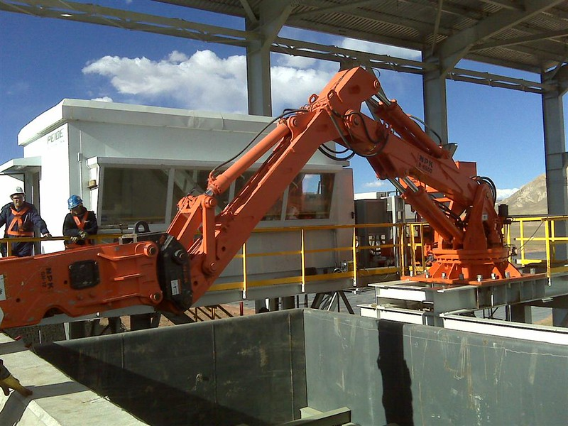 NPK B6500 pedestal boom system with GH12 hydraulic hammer-secondary rock breaking at grizzly crusher (2).jpg