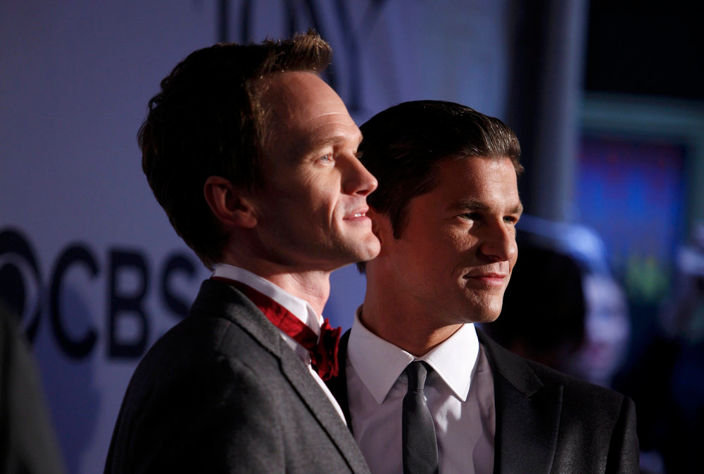 . Actor Neil Patrick Harris (L) and his partner David Burtka arrive to the American Theatre Wing\'s annual Tony Awards in New York June 9, 2013. REUTERS/Carlo Allegri