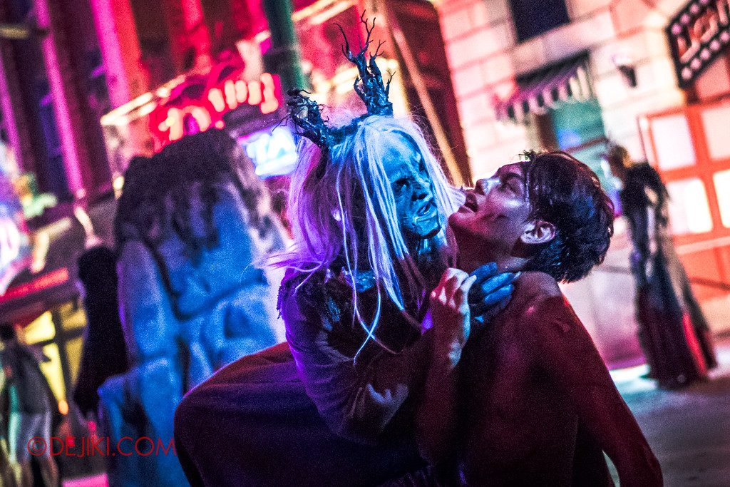 Halloween Horror Nights 7 - Pilgrimage of Sin / Malice Keeper grabs victim