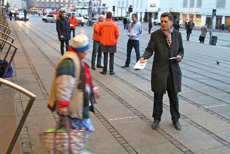 Venstre markerer løftebrud Venstrefolk var tirsdag morgen på gaden for at markere, at priserne på den kollektive trafik stiger i dag, selv om S og SF i valgkampen lovede at sænke priserne med 40 procent. Ved hovedbanen var det Jan. E. Jørgensen, Kristian Jensen og Karsten Lauritzen.