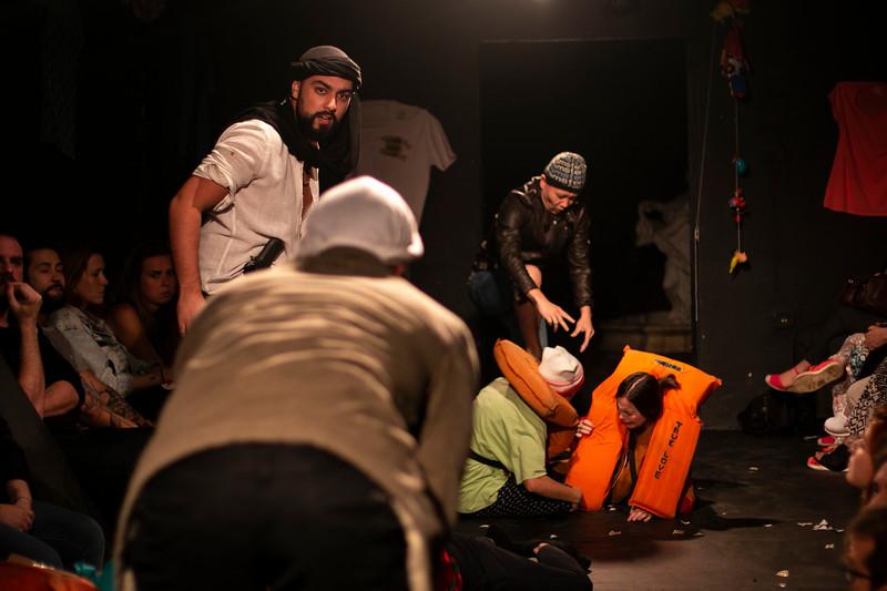 Allan Bravos - Fotografia de Teatro - Indac - Migraaaantes-192.jpg