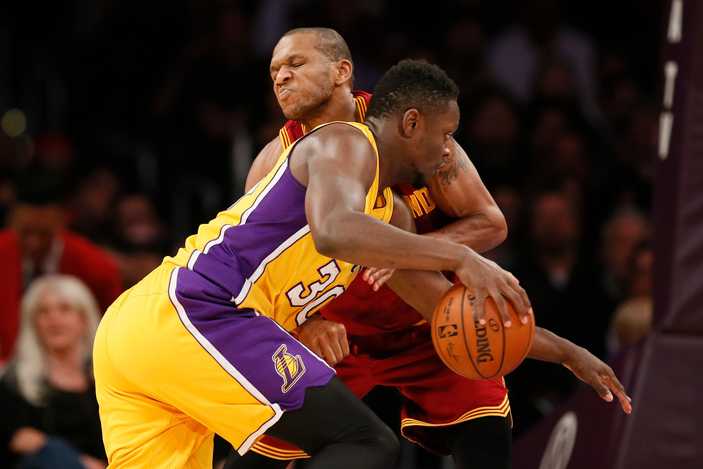 . Cleveland Cavaliers\' James Jones,top, defends Los Angeles Lakers\' Julius Randle during the first half of an NBA basketball game, Thursday, March 10, 2016, in Los Angeles. (AP Photo/Danny Moloshok)