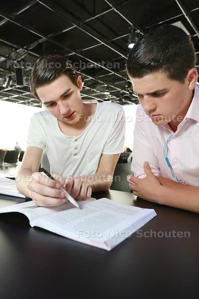 Student Albert Kanters (l) geeft gratis bijles Nederlands aan vmbo-scholier Clemens de Koste - DEN HAAG 15 APRIL 2015 - FOTO NICO SCHOUTEN
