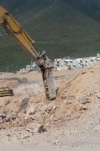 NPK E225 hydraulic hammer on Deere excavator (12).jpg