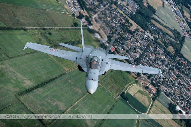 F20180609a112710_2180-F-18A Hornet-J-5020-Suisse-Demo-a2a-Aalborg,Danemark.JPG