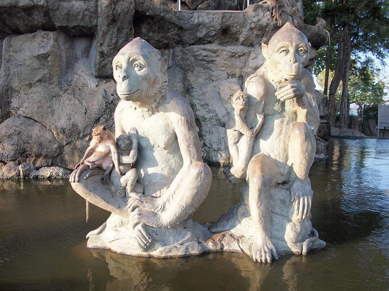 P3143548-monkey-statue.JPG