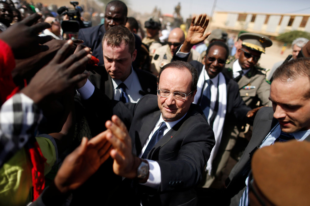 ". France\'s President Francois Hollande greets people in the center of Timbuktu February 2, 2013. Malians chanting ""Thank you, France!\"" mobbed Hollande on Saturday as he visited the desert city of Timbuktu, retaken from Islamist rebels, and pledged France\'s sustained support for Mali to expel jihadists. REUTERS/Benoit Tessier"