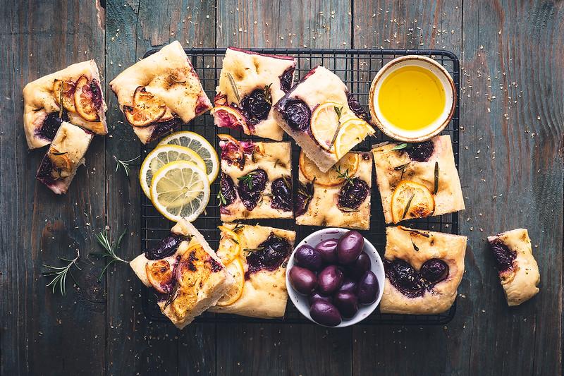 Focaccia aux olives kalamata, herbes et citron