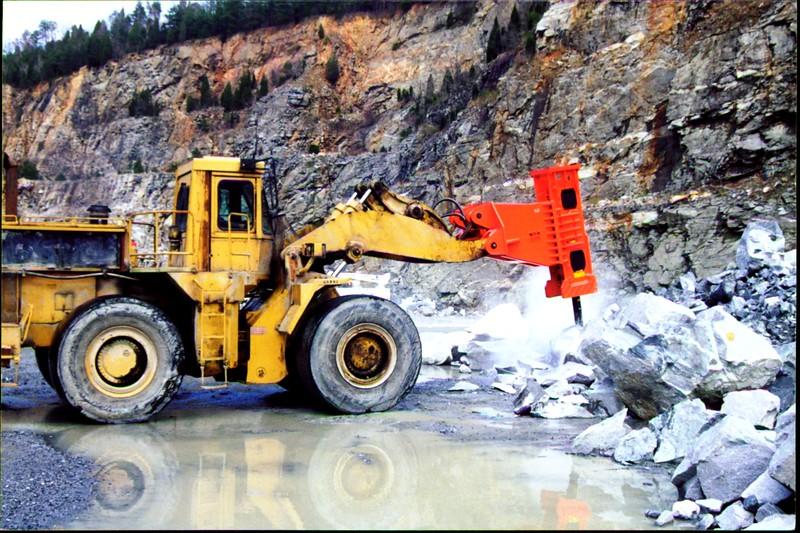 NPK E225 hydraulic hammer on Cat wheel loader (4).JPG