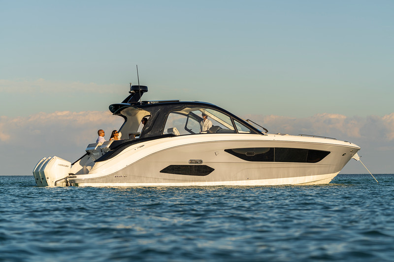 2021-Sundancer-370-Outboard-DAO370-lifestyle-starboard-couple-friends-00226.jpg