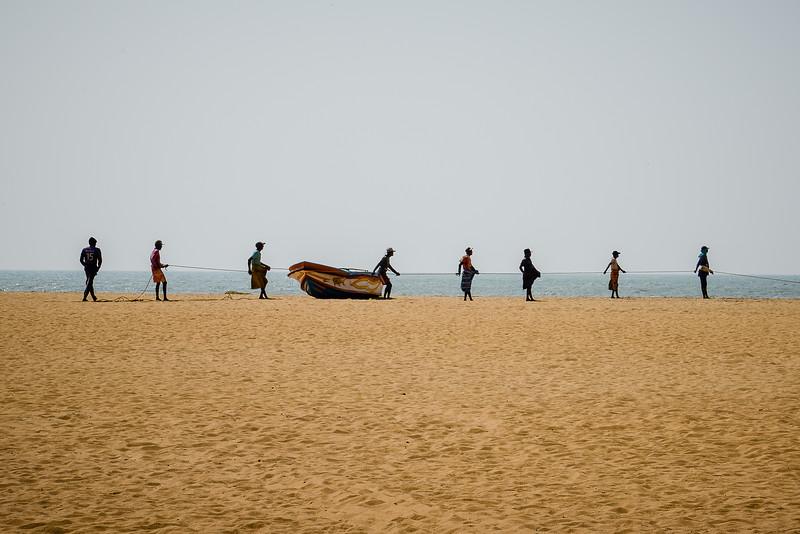 Plage de Negombo, les pêcheurs au travail.