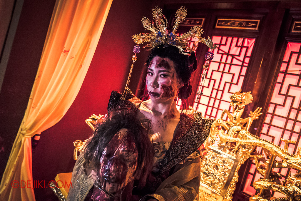Halloween Horror Nights 7 - TERROR-Cotta Empress haunted house / The Older Empress