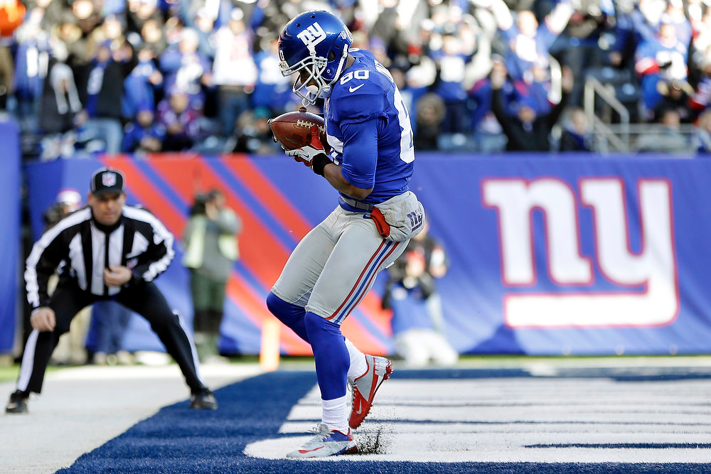 . New York Giants wide receiver Victor Cruz (80) catches a pass for a touchdown during the first half of an NFL football game against the Philadelphia Eagles, Sunday, Dec. 30, 2012, in East Rutherford, N.J. (AP Photo/Kathy Willens)