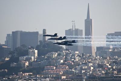 Doch kurz nach diesem Vorbeiflug an der Skyline von San Francisco verschwinden die Eliteflieger plötzlich. Später gibt die Navy bekannt: Nebel über der Brücke habe den Auftritt verhindert, weil die Sicht unter drei nautische Meilen (gut 5,5 Kilometer) gefallen sei.