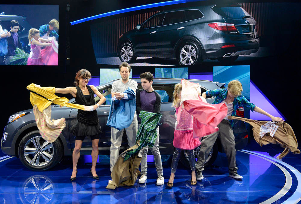 Description of . Performers are seen as the 2013 Hyundai Santa Fe is unveiled during a news conference at the 2012 Los Angeles Auto Show in Los Angeles, California November 28, 2012.  REUTERS/Phil McCarten