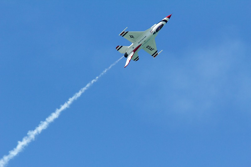 U.S. Air Force Thunderbirds F16 Fighting Falcon. Thunderbird 5 inverted.