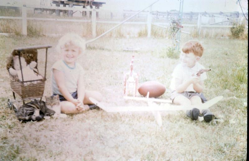 1968-12-6 (16) Susan 3 yrs 4 mths, David 5 yrs.JPG