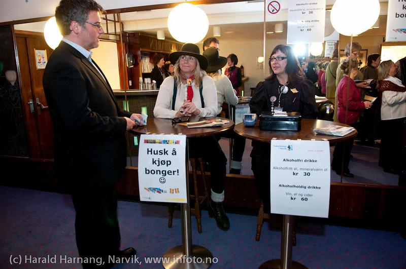27.3.2011: Frivillige i bong-salget. Forestilling Folkets Hus, Narvik: Teskjekjerringa som prinsesse Pompadur. Urpremiere. Navn ønskes.