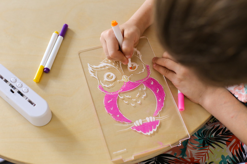 Aloka-ColourMe-LED-Owl-Luminous-distribution-with-Pens-lifestyle-9.jpg